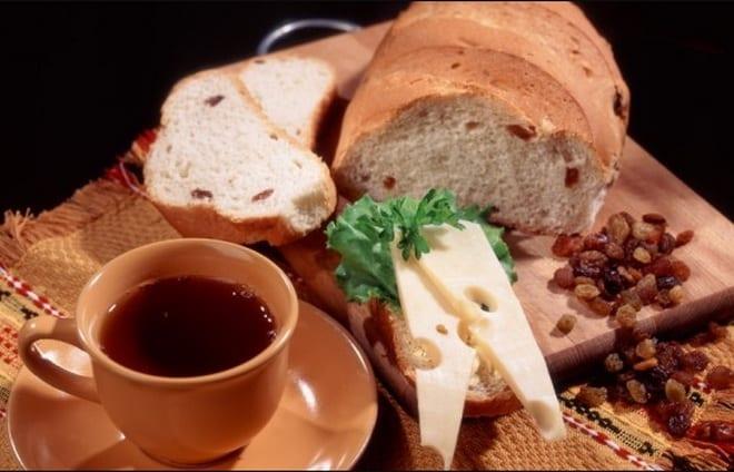 белый хлеб с изюмом